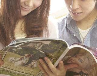 雑誌を読む男女