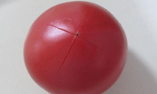 十字に切り込みを入れたトマトの画像