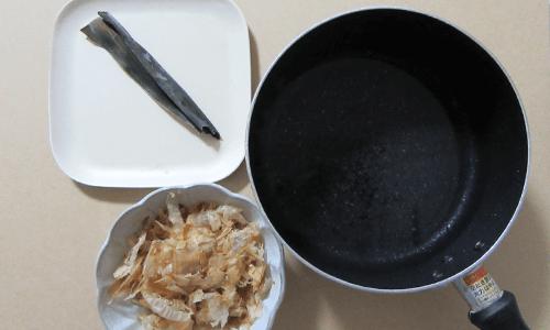 だし昆布とかつお節と水の入った鍋の画像